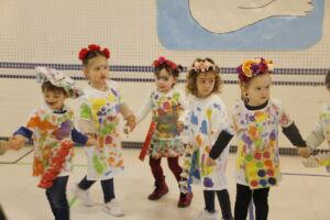 niñas disfrazadas bailando