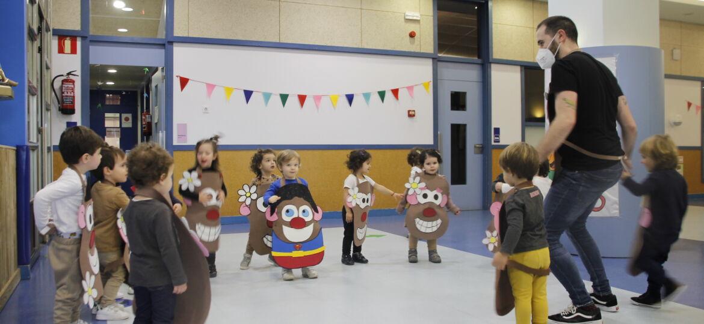 Niños de 2 años disfrazados bailando