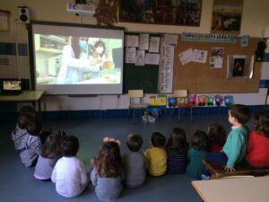 Grupo de niños/as de 3 años viendo un experimento