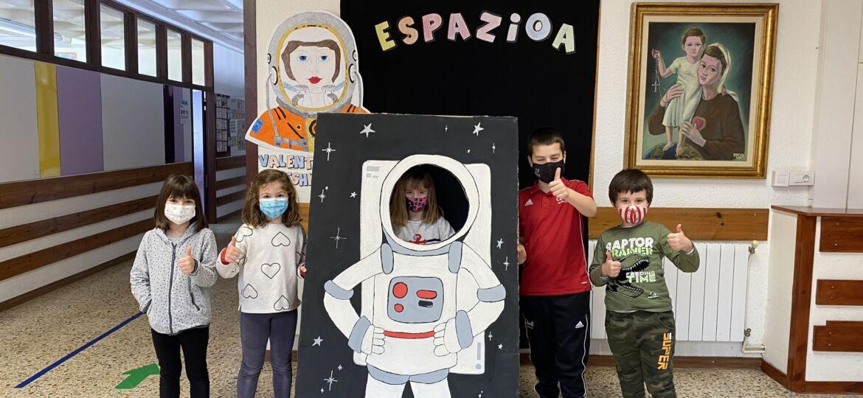 Niños/as en el photocall de Valentina Tereshkova