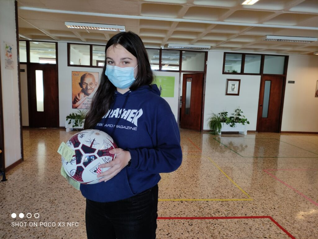 Alumna recogiendo balón del Athletic